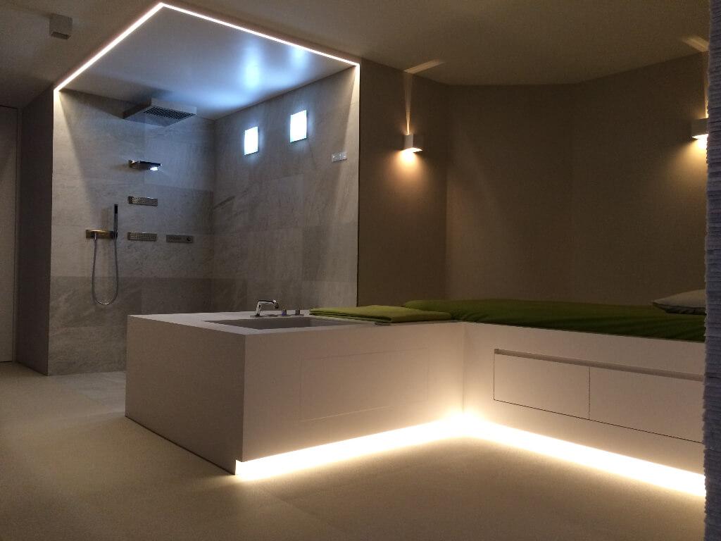 Modernes Bad mit indirekter Beleuchtung – BPS Bucher