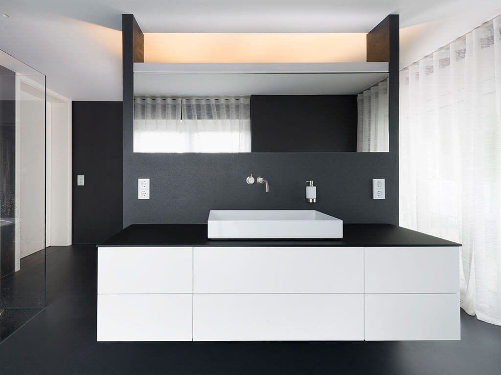 geradliniges waschbecken mit trennwand aus glas zur dusche. Black Bedroom Furniture Sets. Home Design Ideas